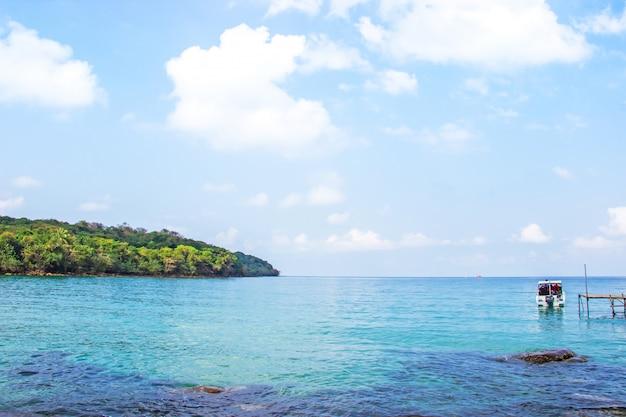 Vista para o mar de águas cristalinas da praia de haad sai daeng e tem ponte de madeira para turistas de transferência