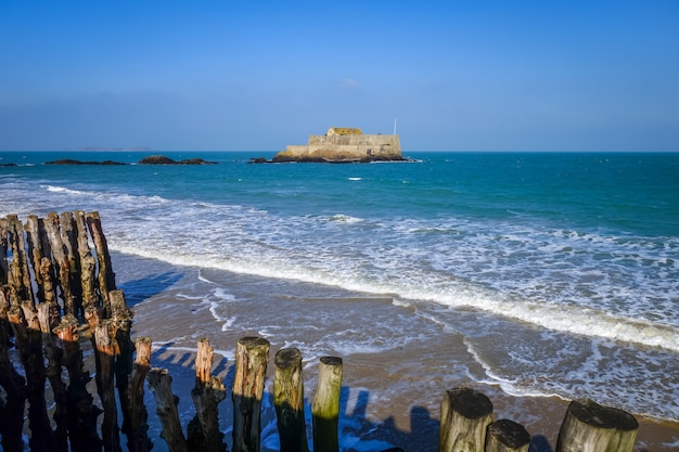 Vista para o mar de saint-malo e fortaleza, bretanha, frança