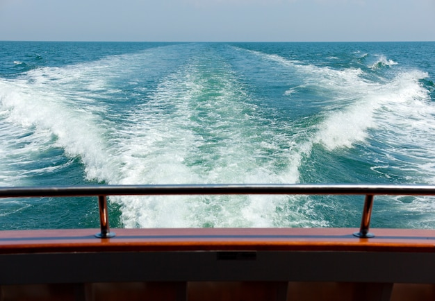 Vista para o mar de um barco de balsa