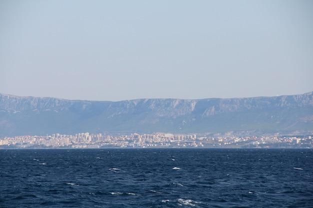 Vista para o mar distante na riviera makarska, região da dalmácia da croácia e montanhas