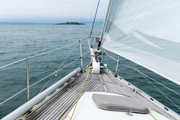 Vista para o mar do convés de um iate à vela branco, conceito de viagem de cruzeiro, férias no mar