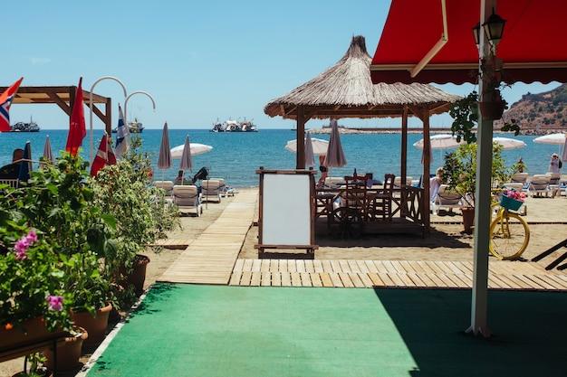 Vista para o mar em restaurante à beira-mar