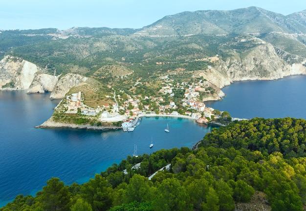 Vista para o mar no verão da península de assos, grécia, cefalônia, mar jônico.