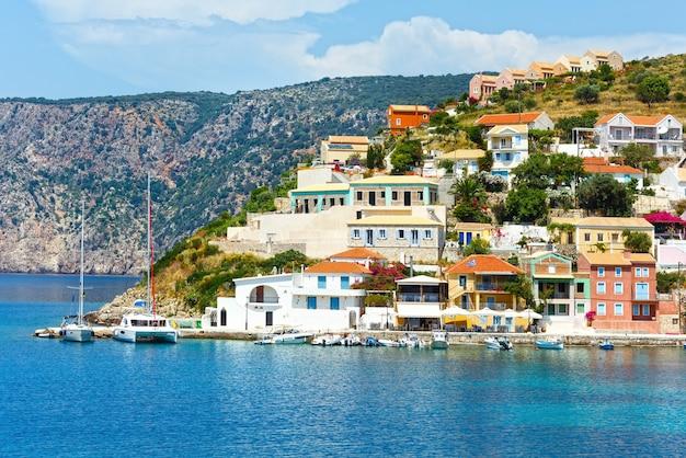 Vista para o mar no verão da vila de assos, grécia, cefalônia, mar jônico.