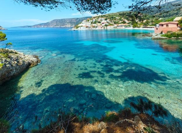 Vista para o mar no verão da vila de assos (grécia, cefalônia, mar jônico).
