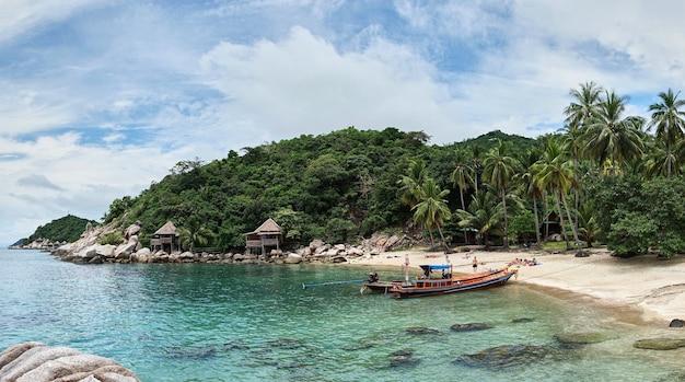 Vista para o mar tropical e barcos-táxi locais flutuando, ilha de koh phangan, tailândia.