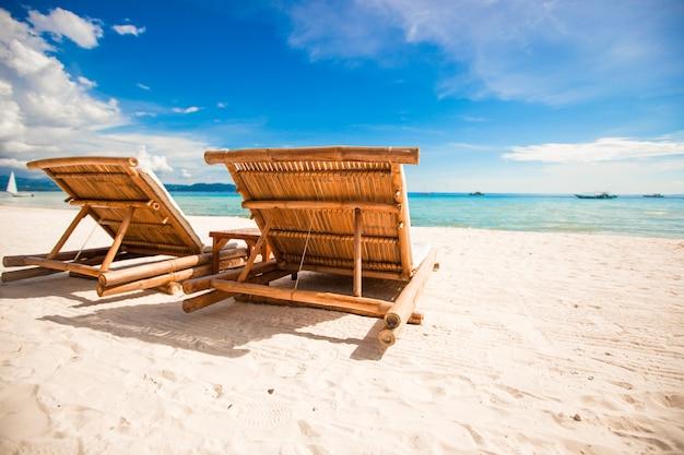 Vista para o paraíso de nice tropical plage areia vazia com guarda-chuva e cadeira de praia