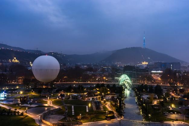 Vista para o parque rile, peace bridge e toda a cidade velha de tbilisi, capital da geórgia
