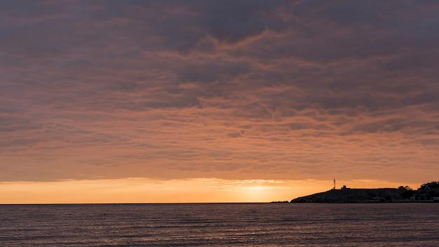 Vista para o pôr do sol na bela paisagem do oceano