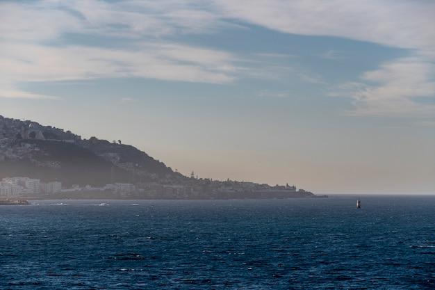 Vista para o porto de argel ao pôr do sol. tempo calmo. vista do navio.