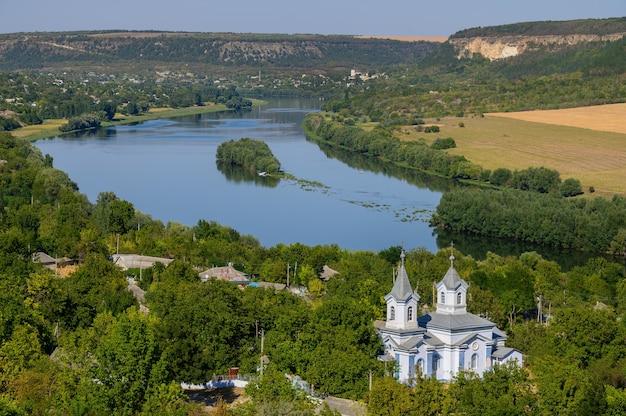 Vista para o rio dniester da colina do topo da vila de socola, moldávia