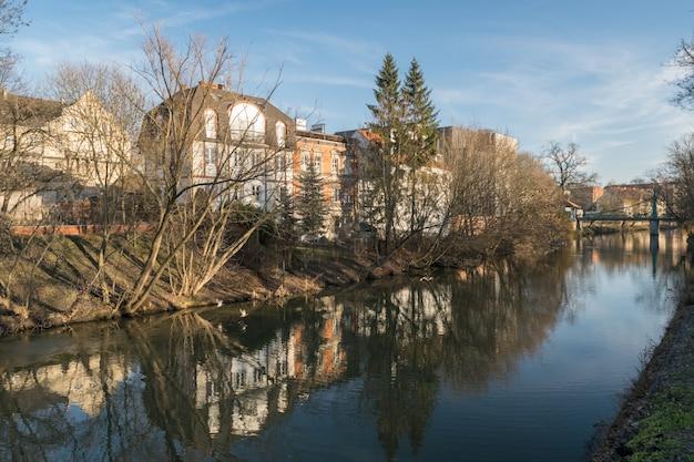 Vista para o rio no centro de opole, perto da praça do mercado