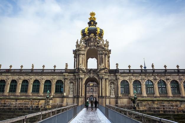 Vista para os edifícios históricos do famoso palácio zwinger em dresden, alemanha.