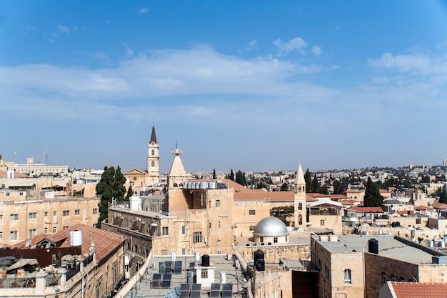 Vista para os telhados e a arquitetura da cidade velha de jerusalém no fundo do céu azul.