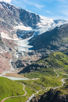 Vista para steingletcher e steinsee nas proximidades de sustenpass nos alpes suíços