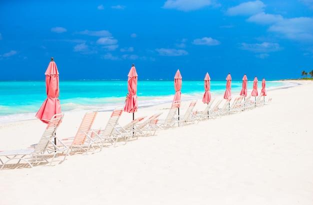 Vista paraíso tropical plage areia vazia com guarda-chuva e cadeira de praia