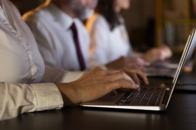 Vista parcial de pessoas de negócios usando laptops