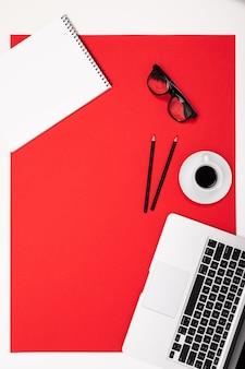 Vista plana da mesa do escritório com uma disposição criativa de artigos de papelaria e cadernos para a área de trabalho.