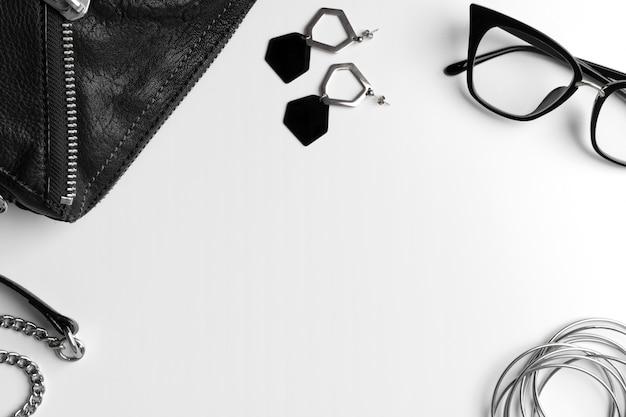 Vista plana leiga acessórios de moda na moda mulher definida na mesa branca
