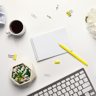 Vista plana leiga, mesa de escritório branca com notebook