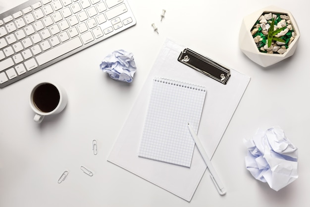 Vista plana leiga, mesa de escritório branca