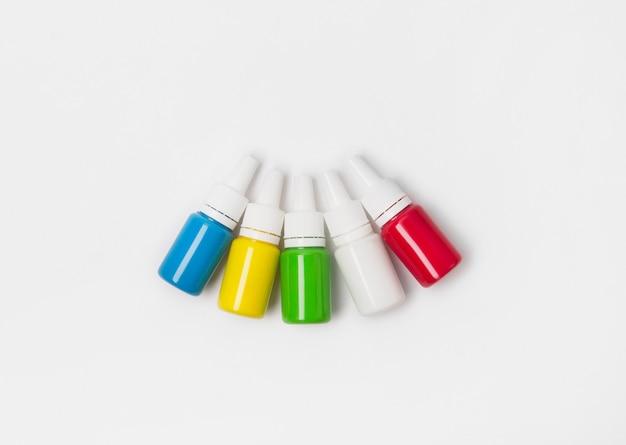 Vista plana leiga tintas coloridas para tatuagem.