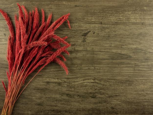 Vista plana leigos, centeio vermelho sobre fundo de madeira com espaço de cópia