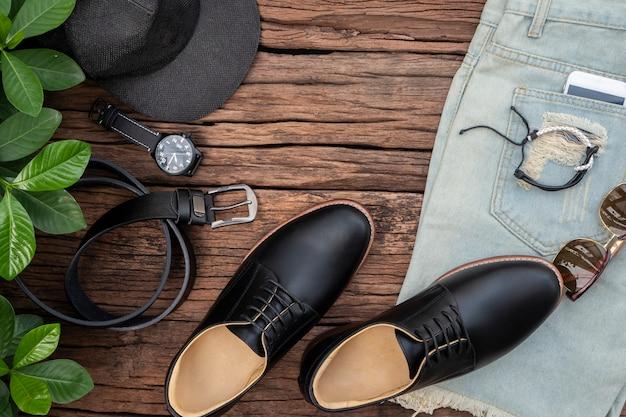 Vista plana, vista superior, acessórios masculinos e itens essenciais de viagem