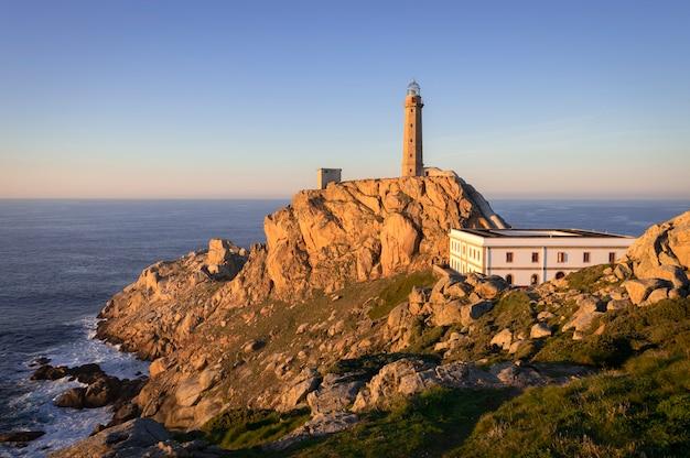 Vista por do sol agradável do farol de camarinas, galiza, espanha