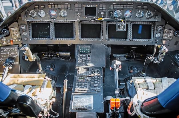 Vista por helicóptero da cabine dos instrumentos do painel e do volante