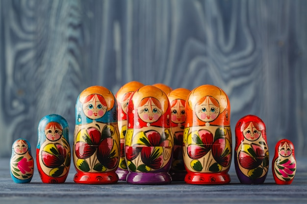 Vista próxima da matryoshka colorida, as bonecas russas tradicionais, a famosa lembrança de madeira velha na vitrine