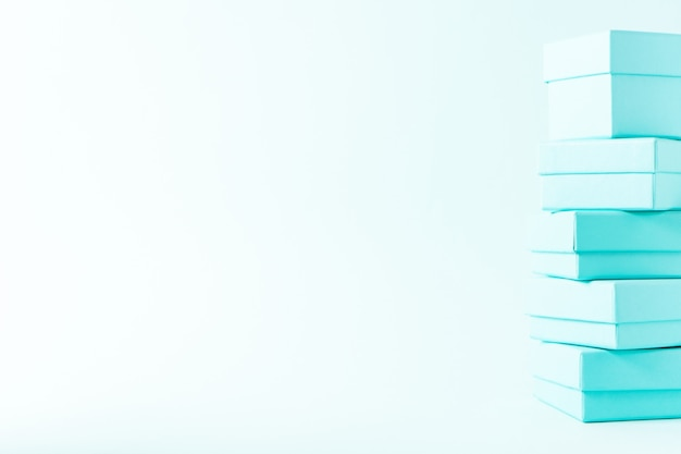 Vista próxima da pilha de caixas no fundo pastel da cor azul de tiffany