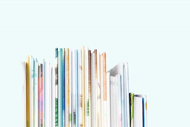 Vista próxima da pilha de livros de crianças em um fundo azul pastel.