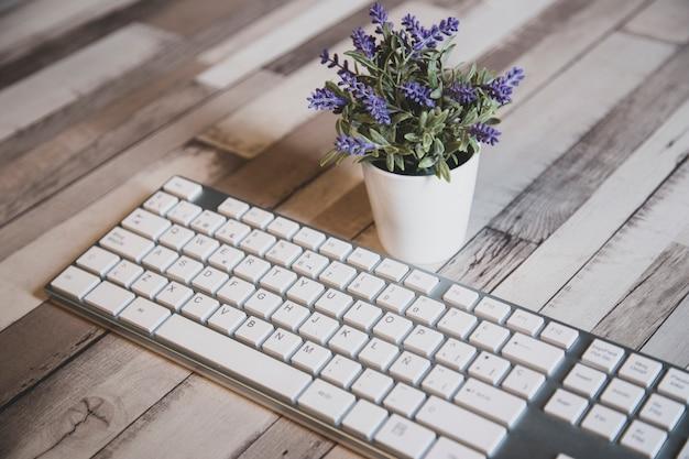 Vista próxima de um moderno teclado de pc branco
