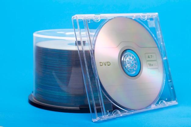 Vista próxima de um pacote de compacts-disc virgens.