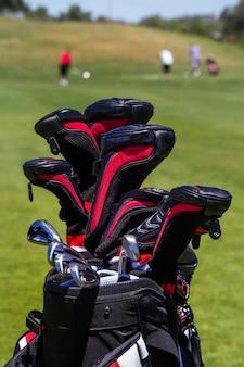 Vista próxima de um saco profissional completamente de clubes de golfe.