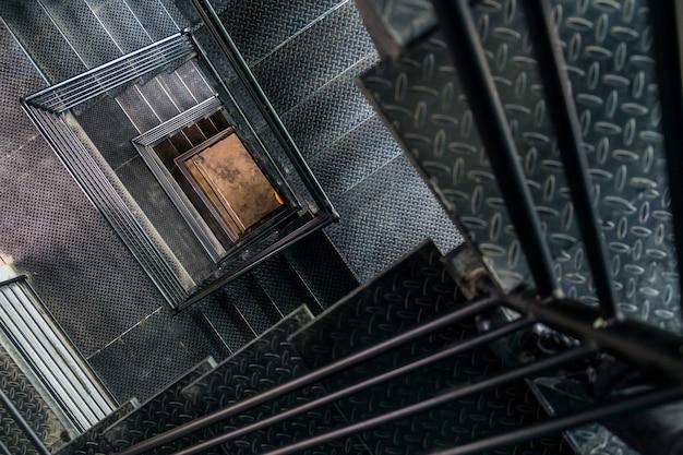 Vista quadrada da escada de aço a partir do topo.
