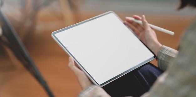 Vista recortada da jovem empresária segurando o tablet