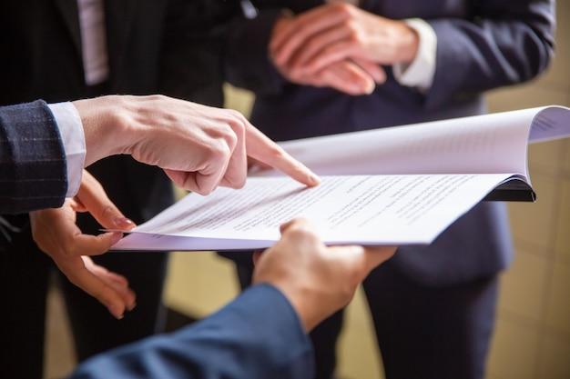 Vista recortada de mulheres de negócios lendo o documento