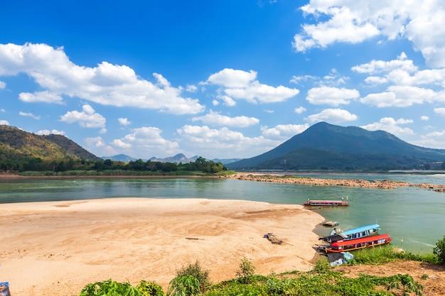 Vista ribeirinha do rio mae khong e um barco estacionado no porto