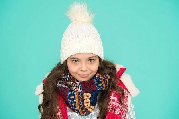 Vista-se em camadas e use chapéu. fique ativo. está frio lá fora. tricô infantil quente. vibrações de inverno. retrato de hipster de menina sorridente. moda juvenil de rua. diversão de inverno. sentindo frio nesta temporada.