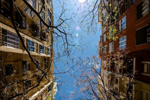 Vista simétrica das fachadas de uma rua com prédios antigos em bom estado em uma cidade do mediterrâneo