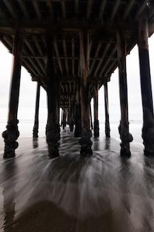 Vista sob o cais da praia de avila, califórnia