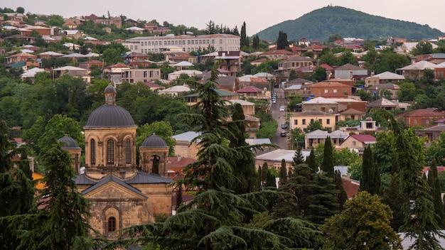 Vista sobre a antiga cidade construída nas colinas. vida com a natureza, árvores por toda parte.