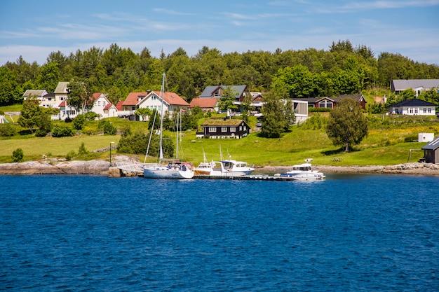 Vista sobre alesund na noruega, europa. a cidade de alesund é notável por sua arquitetura art nouveau.