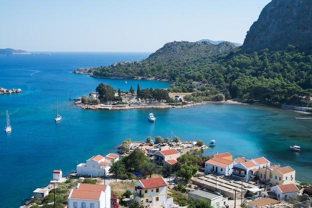 Vista sobre as ilhas gregas kastelorizo e o mar da antiga fortaleza.