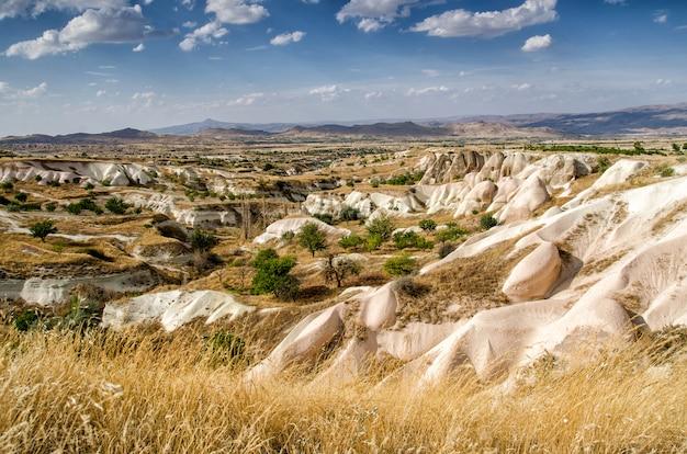 Vista sobre formações de pedra na capadócia, anatólia central, turquia
