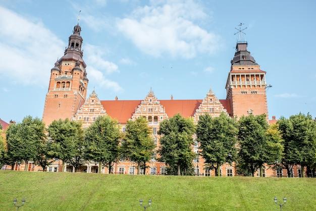 Vista sobre o antigo prédio de escritórios provinciais no terraço haken durante a luz da manhã em szczecin, polônia