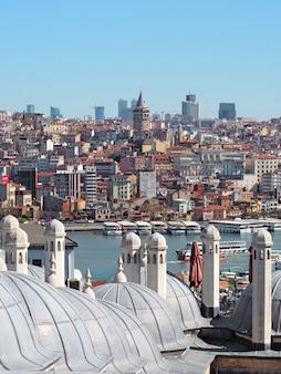 Vista sobre o estreito de chifre dourado ou bósforo da cidade de istambul com a torre galata.