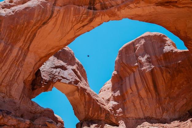Vista sobre o famoso arco duplo em bryce canyon city eua red rock canyon mountain view